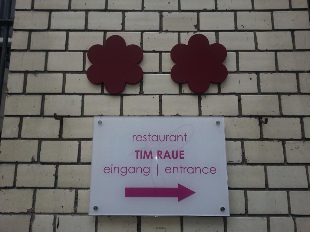Schild am Eingang zum Restaurant Tim Raue