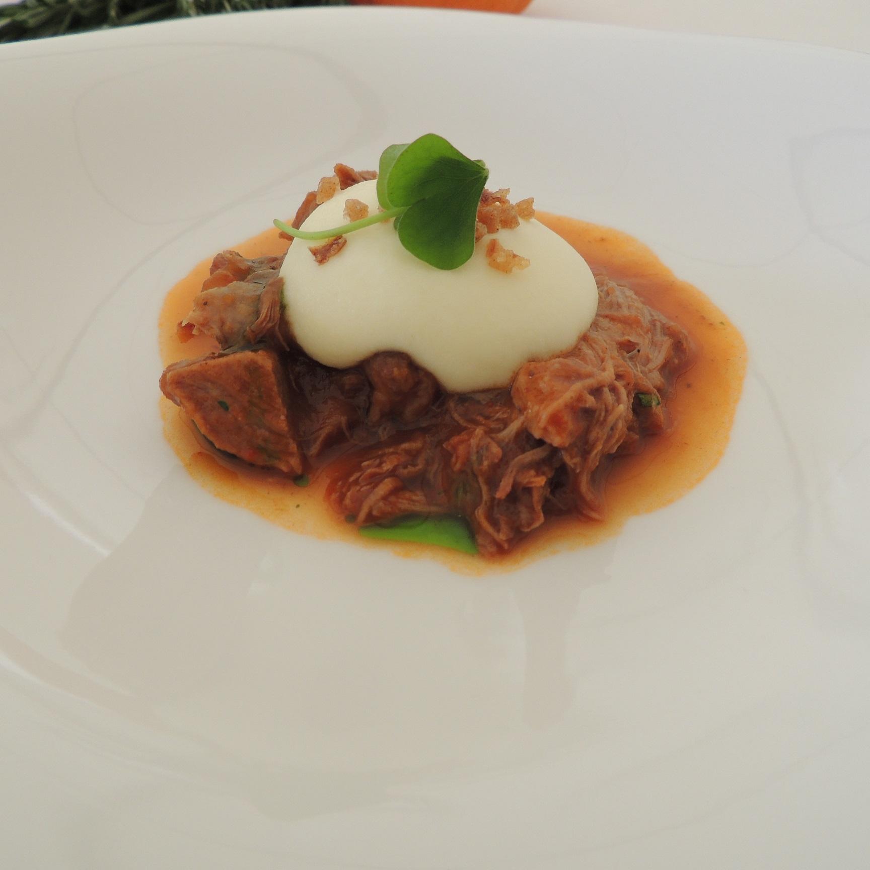 Gulasch vom Eifler Ur-Lamm mit Paprika und Kartoffeln